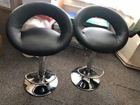 2x Black has lift bar stool