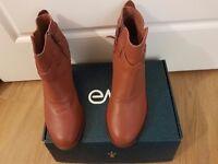 Original premium vintage leather, the EMU Australia Seville in a size 6