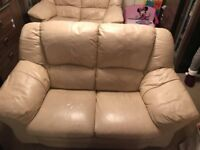 40£ for two leather sofas! It is a bargain!!!!