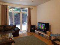 2 bedroom flat in Greenview Court, London, NW9 (2 bed) (#1146391)