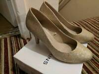 Gold Court heels Wide Fit - Size 4