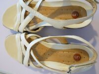 Clarks UN Structured Sandals Size 5.5D