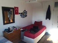 DOUBLE ROOM ROOM SHARE WE ARE LOOKING FOR ROOMMATE FOR TWO MONTHS £95 PW
