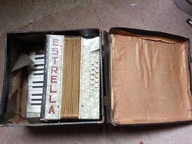 Estrella accordion with box