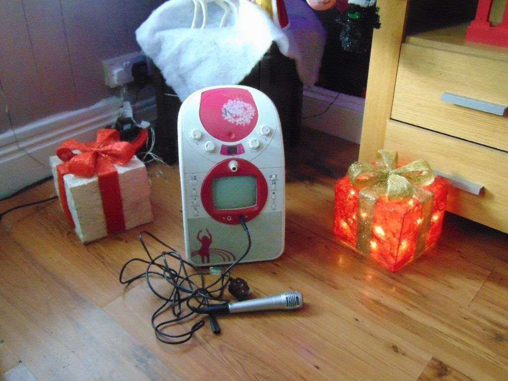 XMAS KARAOKEin Hull, East YorkshireGumtree - Fab edition to bring out on xmas day,gets the family together an is fun,,it has a screen for words to appear on for karaoke discs which is NOT included,can be picked up eny were