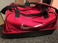 FANTASTIC NIKE BAG ONLY 25!!! SIZE 40X55X30 CM