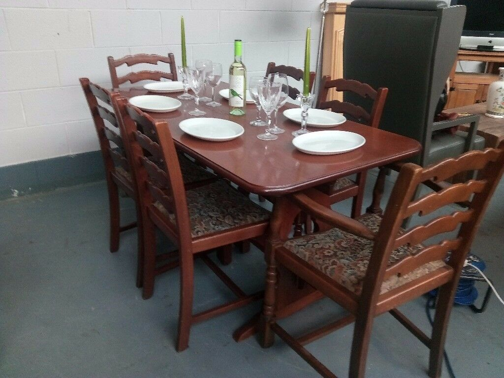 Beautiful solid oak dinning table, 4 chairs and carvers in excellent condition.