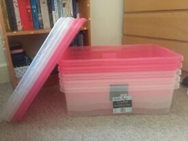 5 plastic boxes for storage of 32L with lid. 3 white and 2 pink.