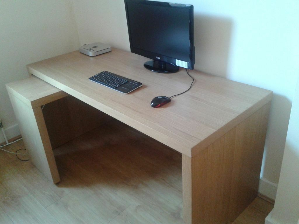 malm desk with pull out panel oak veneer in richmond london gumtree. Black Bedroom Furniture Sets. Home Design Ideas