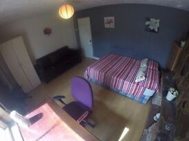 MASSIVE BEDROOM MILE END /// COUPLES OR FRIENDS ARE WELCOME