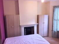 BRIGHT DOUBLE ROOM AT FERNDALE RD. LOVELY GARDEN & HOUSE.