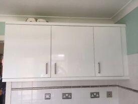 WHITE KITCHEN DOORS, MIXER TAP, CLEAR SPLASHBACK