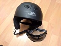 Skiing helmet and ski goggles - black - great condition