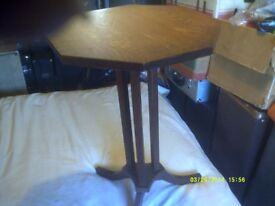 TABLE In SOLID OAK 17 inches ACROSS the TOP, GOOD to DISPLAY an ITEM or a LAMP +++++ ?