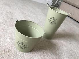 2 plant pots