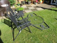 2 BLACK METAL FOLDING GARDEN CHAIRS WITH MATCHING GLASS TOP APPROX. (80x80cm)