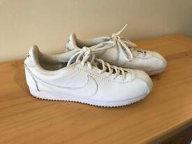 Classic White Nike Trainer **Size 5 LIKE NEW!**
