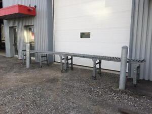 Section de convoyeur à rouleau, 20', 18'' de large sur roulettes --- Roller conveyor, 20' long, 18'' wide on casters