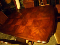 BEAUTIFUL SOLID WOOD EXTENDING DINING TABLE WITH 4 CHAIRS AND 2 CARVER CHAIRS REALLY NICE DESIGN