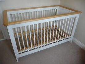 Cot bed - izziwotnot - in good state and with good matras