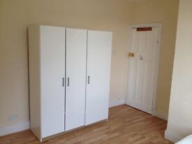 Big double room to rent for a professional in Mitcham including bills