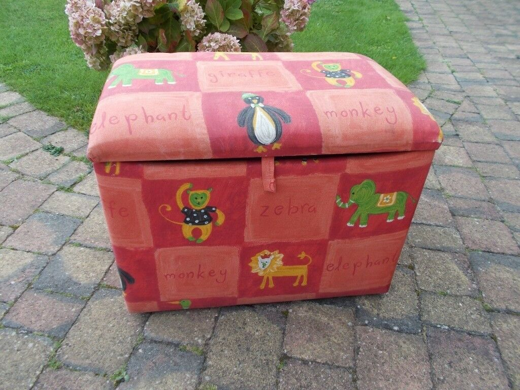 A LOVELY PLAY BOX / OTTOMAN WITH PADDED SEAT AND ZOO ANIMAL PRINT FABRIC, IN EXCELLENT CONDITION