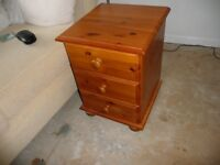 ONE BEDSIDE CABINET IN SOLID PINE