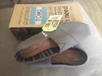 Brand new in box Men's classic Toms Size U.K. 9