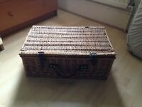 Wicker picnic box with set