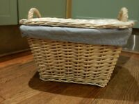 CAN DELIVER WHITE VINTAGE LOOK WICKER STORAGE BASKET WITH LID AND LINER AND HANDLES