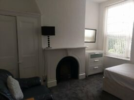 Room to let in Salford. close to public transport, shops