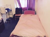 simple large Single room in Great location Notting Hill All includid shar the flat With 1 person .