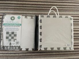 2x White and grey square foam tiles