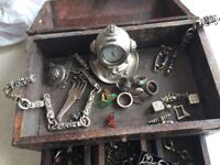 Pirate's treasure chest with content/men's jewellery