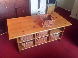 Wood coffie table with baskets