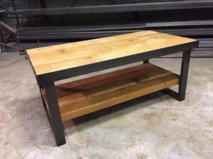 Table basse en bois de grange et contour en acier