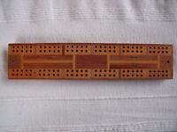 Inlaid wood crib, cribbage board + 1 peg, marker. £3 ovno.