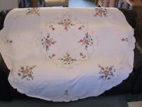 """VINTAGE EMBROIDERED & EDGED TABLE CLOTH 67"""" DIAMETER WITH 8x MATCHING NAPKINS"""