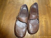 Barely worn size 5 1/2 Clarks brown Active Air shoes