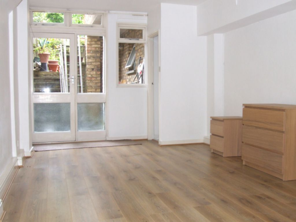 Studio flat in Basement Flat, Fairfield Road, Crouch End, N8