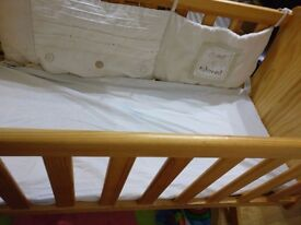 Toy r us swinging crib with mattress like new condition