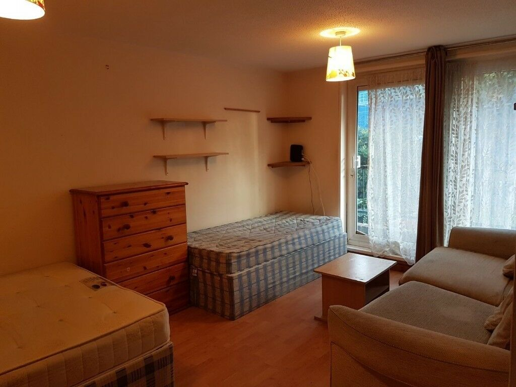 LARGE TWIN ROOM WITH PRIVATE BALCONY NEXT TO ARCHWAY STATION