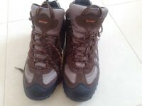 Men's hi-tec waterproof and breathable walking boots size 9. Brand new