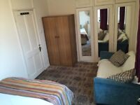 LOVELY LARGE DOUBLE BEDROOM TO RENT IN MORDEN!!!