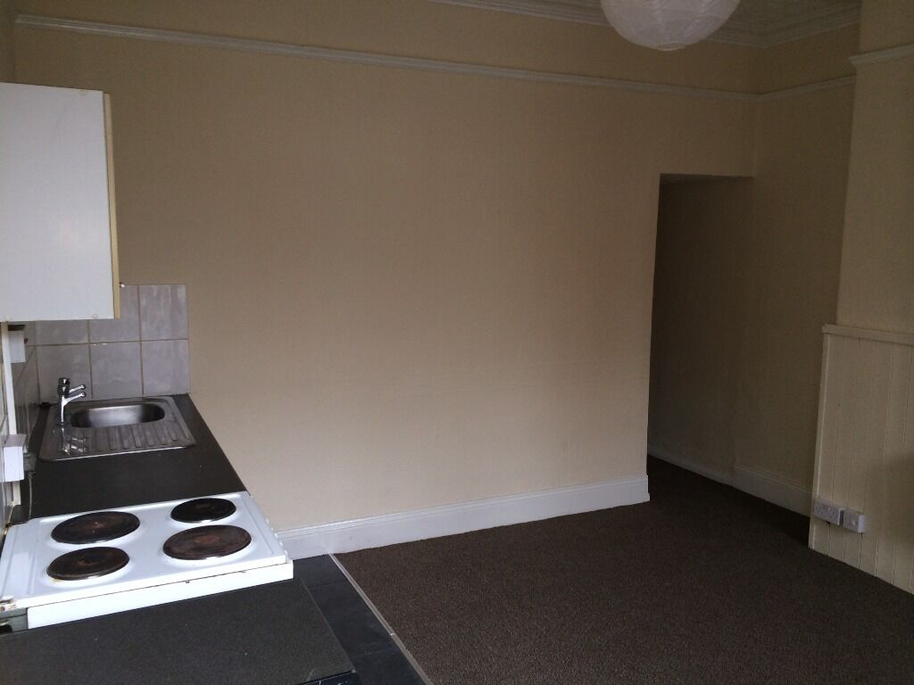 1 BEDROOM FLAT * NEWLY REFURBISHED * HAREHILLS * BAYSWATER GROVE * DSS WELCOME!