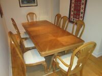 Dining table - extendable - with 8 chairs