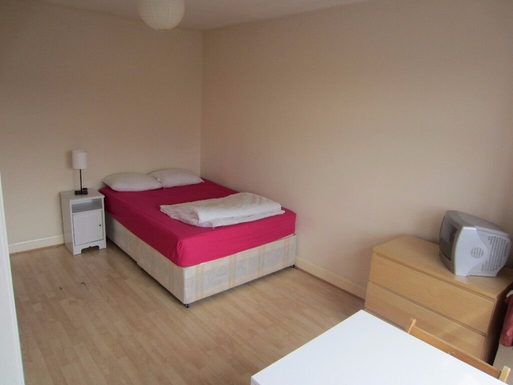 Large double room in a house to share