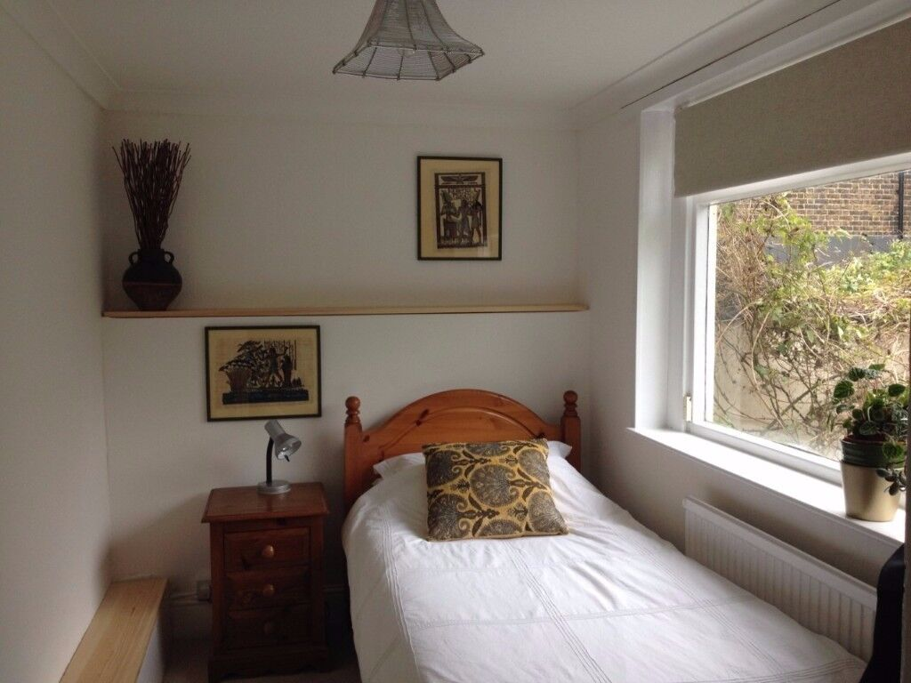BRIGHT SINGLE ROOM OVERLOOKING TREES AND LOVELY GARDEN