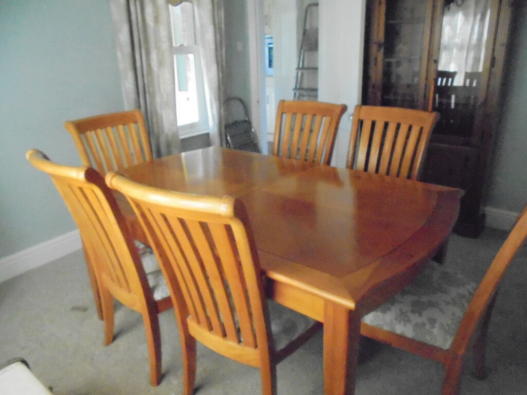Dining Table with 6 Chairs in very good condition