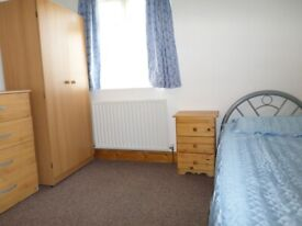 Nice single room in a very clean and quiet house, tow minutes to Leyton Tube station